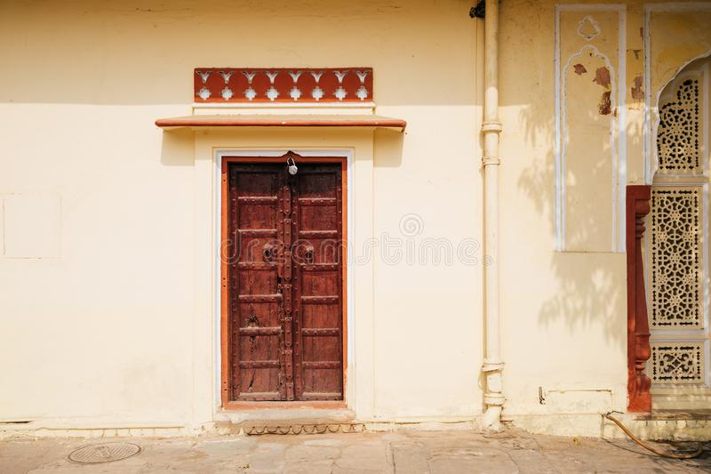 老墙壁和木门在城市宫殿在斋浦尔,印度 库存图片
