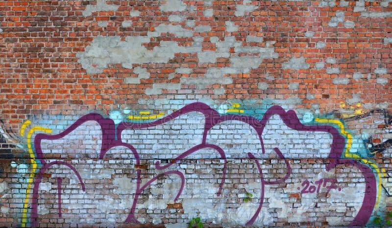 老墙壁的片段有五颜六色的街道画绘画的 图库摄影