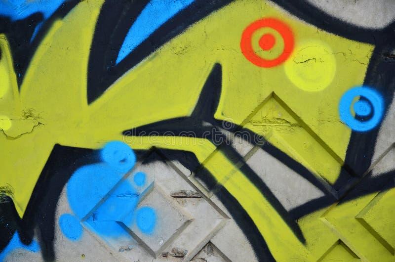 老墙壁的片段有五颜六色的街道画绘画的 免版税图库摄影