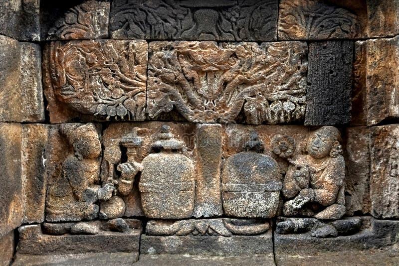老墙壁的片段有婆罗浮屠寺庙的古老浅浮雕的 印度尼西亚 图库摄影