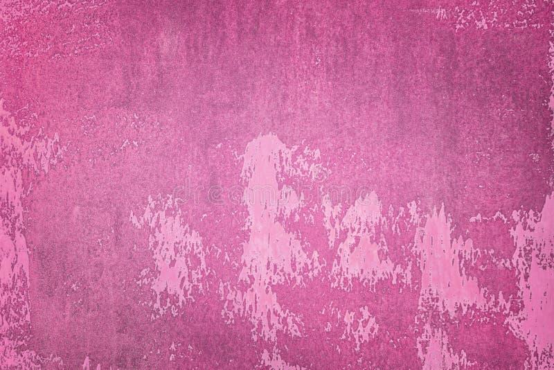 老墙壁绘与黑暗的桃红色油漆 参差不齐的纹理,与污点和污点 布局的背景 库存图片