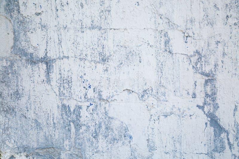 老墙壁背景有片状油漆灰色淡紫色纹理的 库存图片