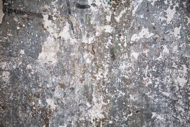 老墙壁背景有片状灰色油漆抽象结构纹理的 免版税库存照片