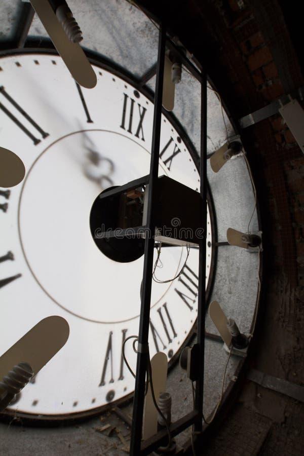 老墙壁-里面机制的时钟表盘,垂直 库存图片