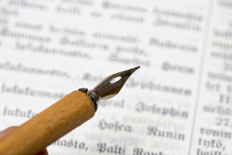 老墨水笔和未知的文本 免版税库存照片