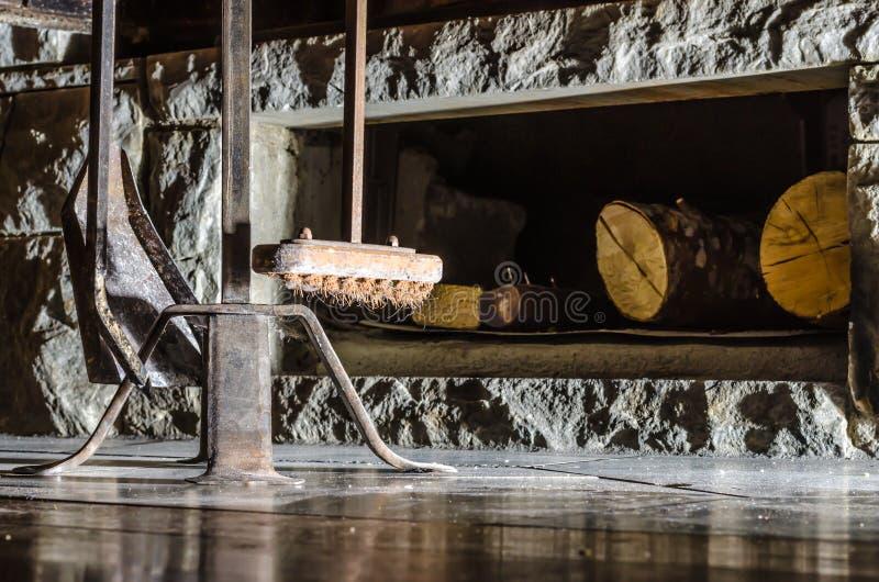 老壁炉被做石头和金属工具箱 库存照片