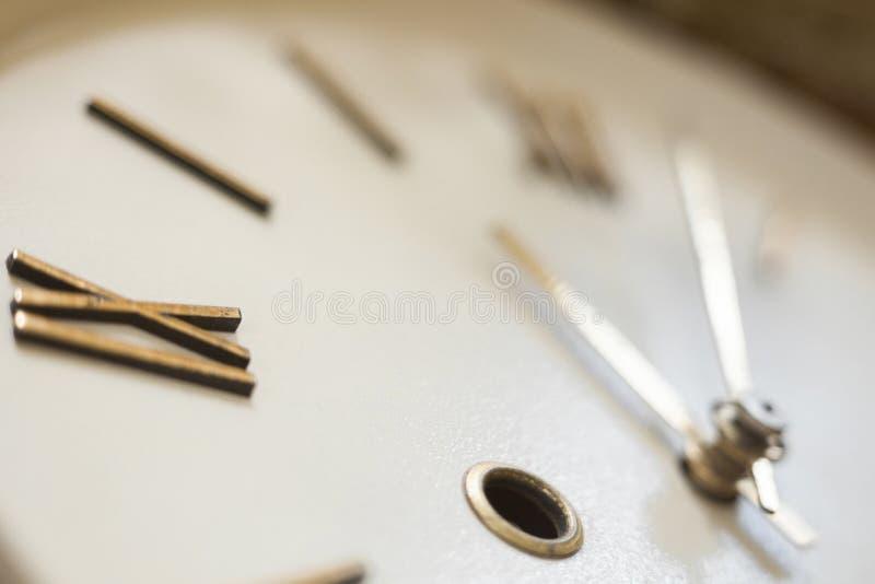 老壁钟的时钟表盘 免版税库存照片