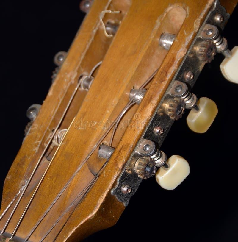 老声学吉他串、Fretboard、坚果&机器头关闭 免版税库存照片