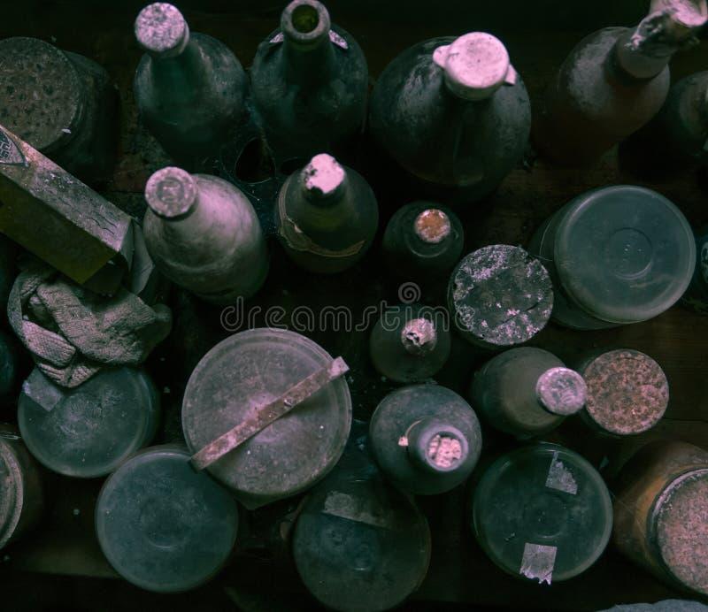老多灰尘的从上面被拍摄的瓶和瓶子 库存照片