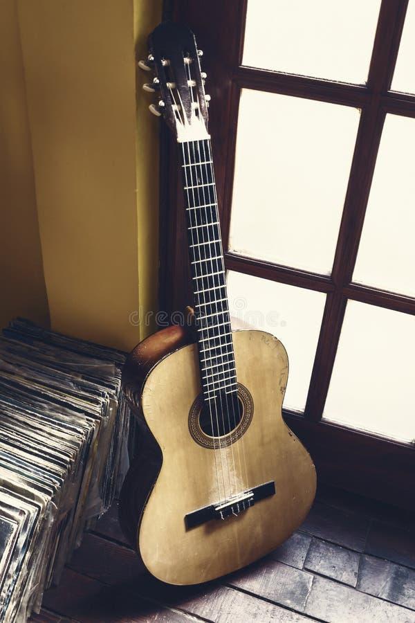 老多灰尘的吉他 免版税库存图片