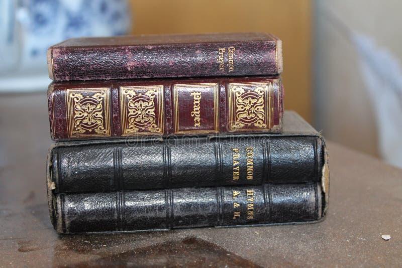老多灰尘的堆祈祷书 库存照片