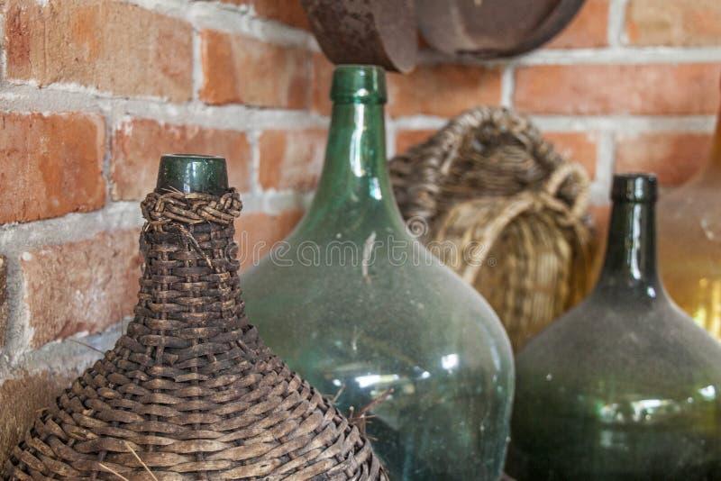 老多灰尘的酒瓶-静物画 库存照片