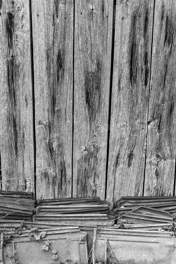 老多节的木墙壁 免版税库存照片