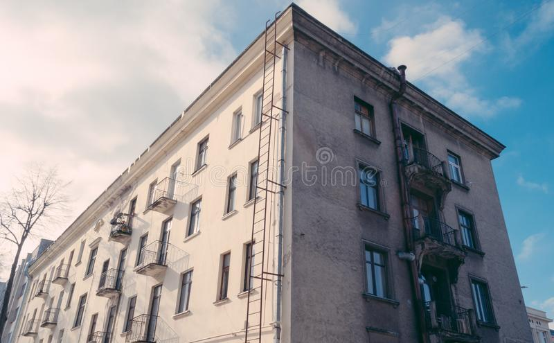 老大厦在晴天 图库摄影