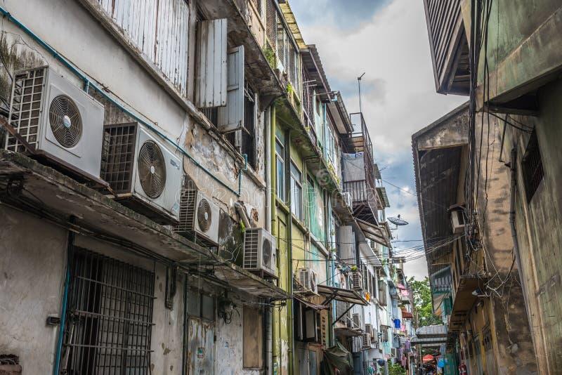 老大厦在曼谷,泰国市内贫民区 库存图片