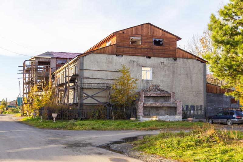 老大厦的看法在整修时在Milkovo,堪察加,半岛,俄罗斯 免版税库存图片