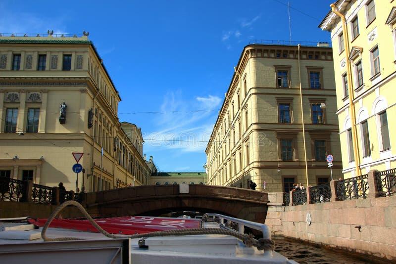 老大厦看法沿运河的,有沿城市的运河和河的河步行的 免版税库存图片