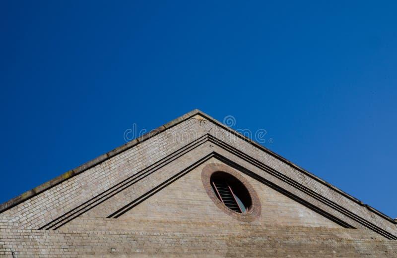 老大厦砖屋顶金字塔形状有蓝天的在背景中 免版税库存照片