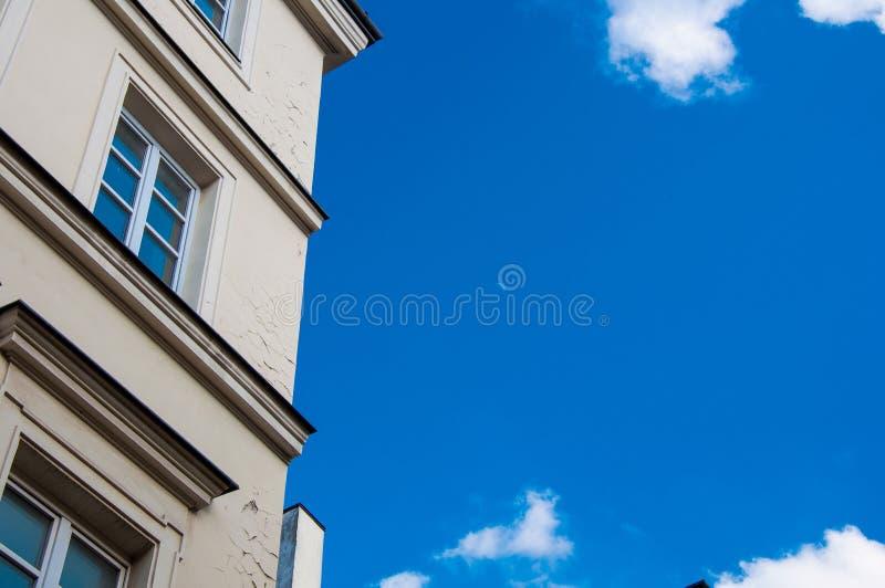 老大厦,从底部的建筑学与天空蔚蓝在背景 免版税库存图片