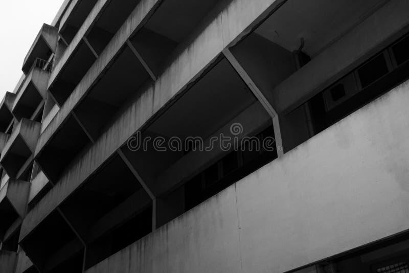 老大厦,样式结构 黑肮脏的墙壁办公室 免版税库存照片