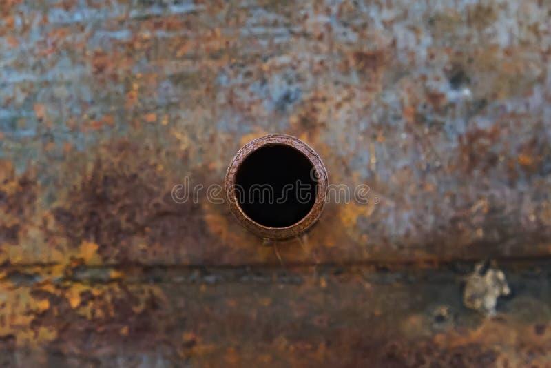 老大水管的片段 在许多岁月操作以后,被毁坏的被腐蚀的金属管子 有孔阶的生锈的钢管 免版税图库摄影