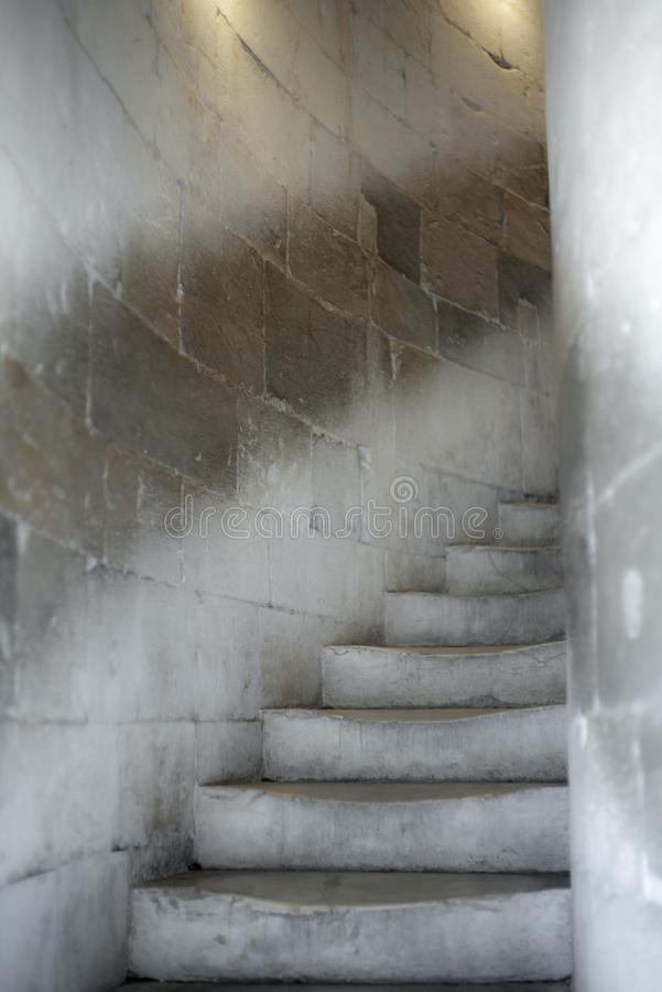 老大理石台阶在一个圆楼梯的托斯卡纳 库存图片