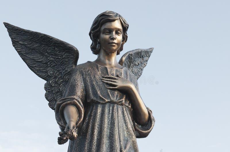 老天使雕象提供希望 库存图片