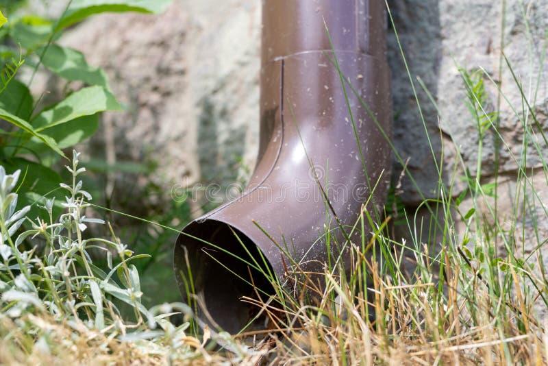 老天沟在一个独立式住宅里 从屋顶的雨水排水设备 库存图片