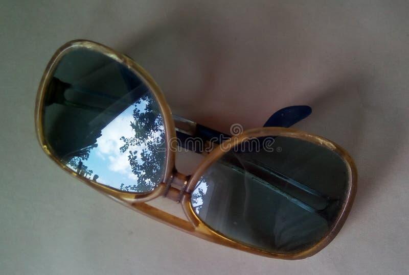 老太阳镜特写镜头有天空和树反射的在玻璃 库存图片
