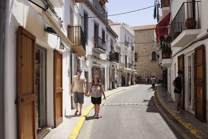 老夫妇在购物街道走在伊维萨岛 图库摄影