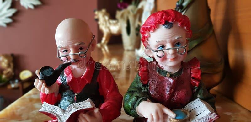 老夫妇玩偶雕塑 库存照片