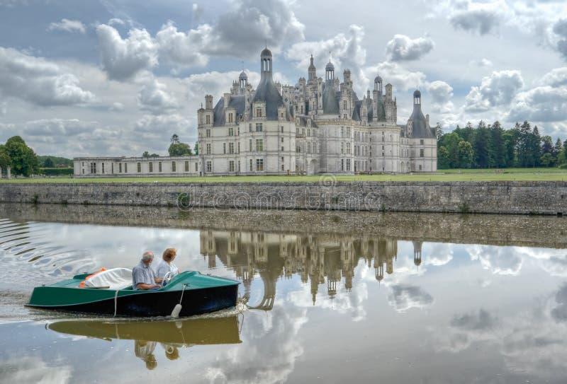 老夫妇祖母和祖父乘小船一起旅行在卢瓦尔河,法国 免版税图库摄影