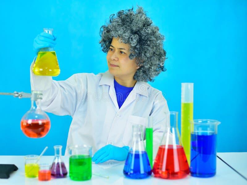 老女性科学家在研究实验室 免版税图库摄影