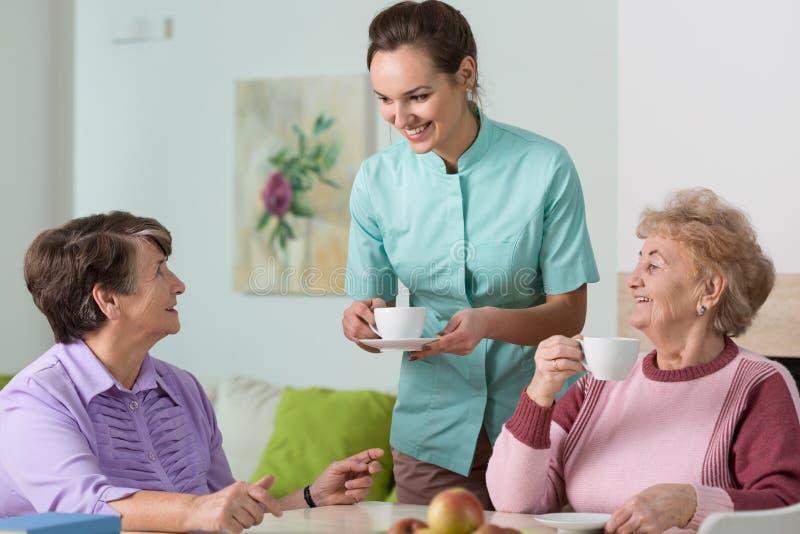 老妇人、茶和护士 库存照片