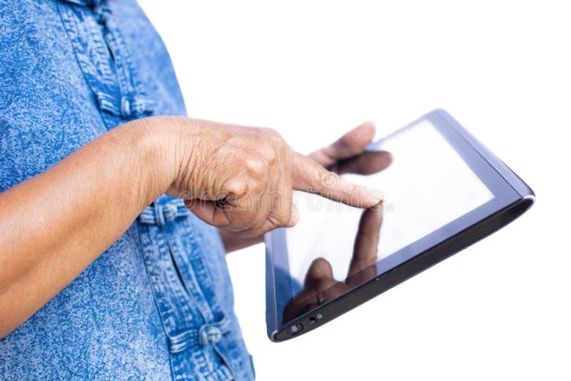 老妇人农夫的手使用片剂的和快乐 免版税库存照片