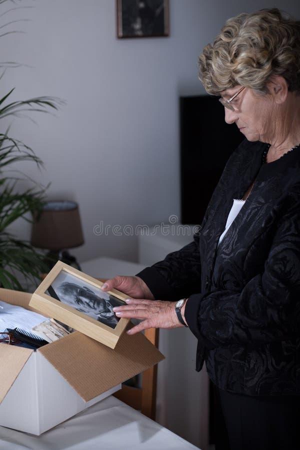 老妇人在哀悼 库存照片