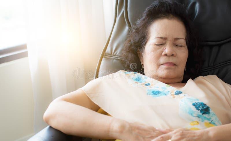 老妇人在客厅睡觉 库存照片