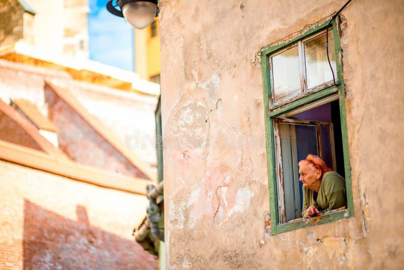 老妇人在锡比乌,罗马尼亚 免版税库存图片