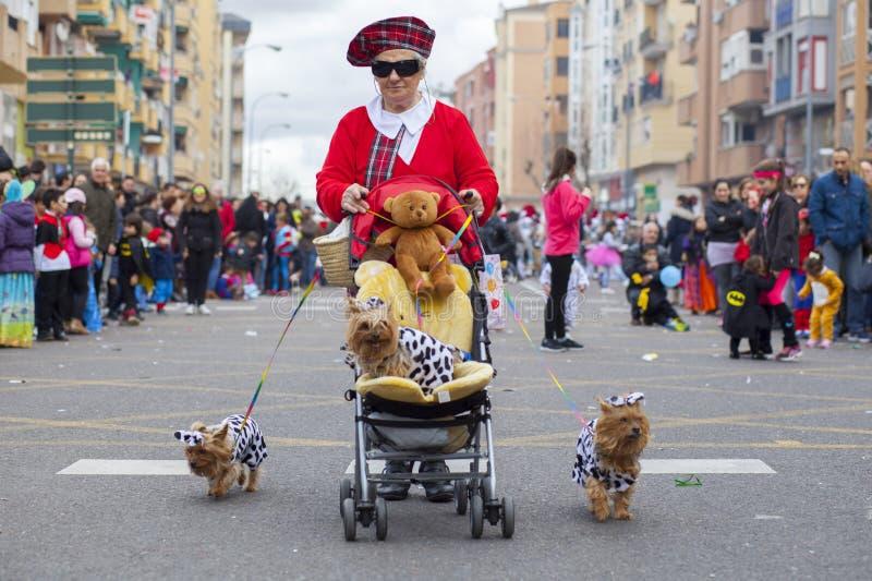 老妇人在马戏团狂欢节队伍, Badajo参与 免版税库存图片