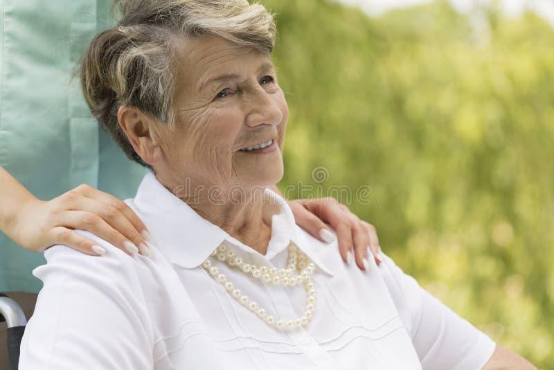 护工成人影片_图片 包括有 成人, 退休人员, 庭院, 照料者, 护工, 高级, 关心