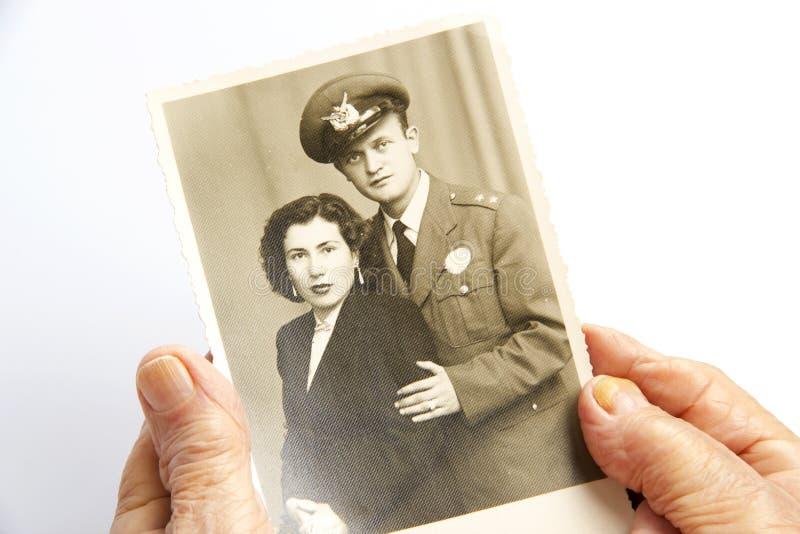 老妇人拿着一张老照片 免版税库存图片