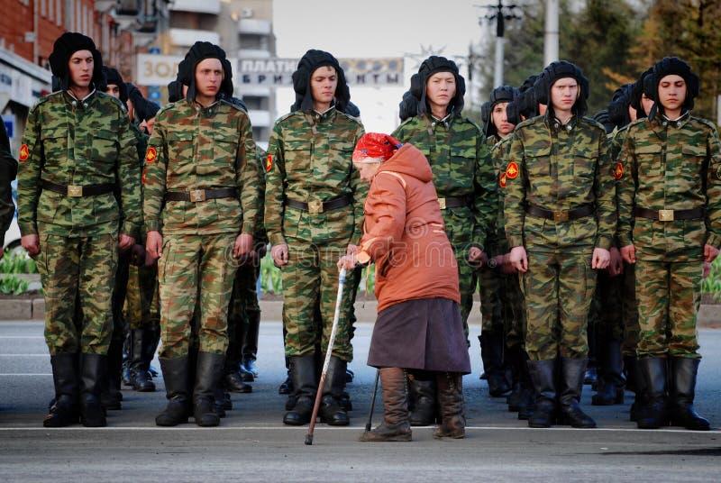 老妇人沿俄国军事的系统是残疾 免版税图库摄影