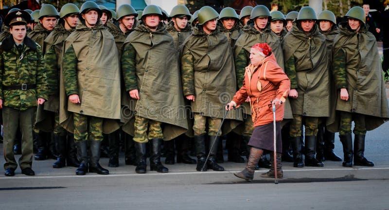 老妇人沿俄国军事的系统是残疾 免版税库存照片
