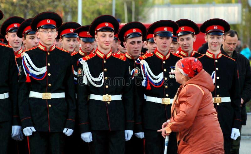 老妇人沿俄国军事的系统是残疾 免版税库存图片
