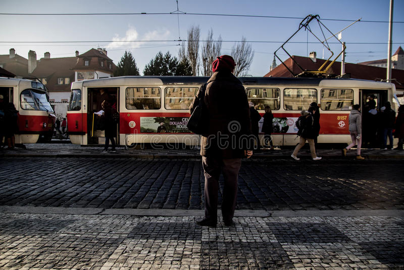 老妇人等待的电车 免版税库存图片