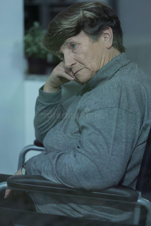 老妇人以老年痴呆 免版税库存图片