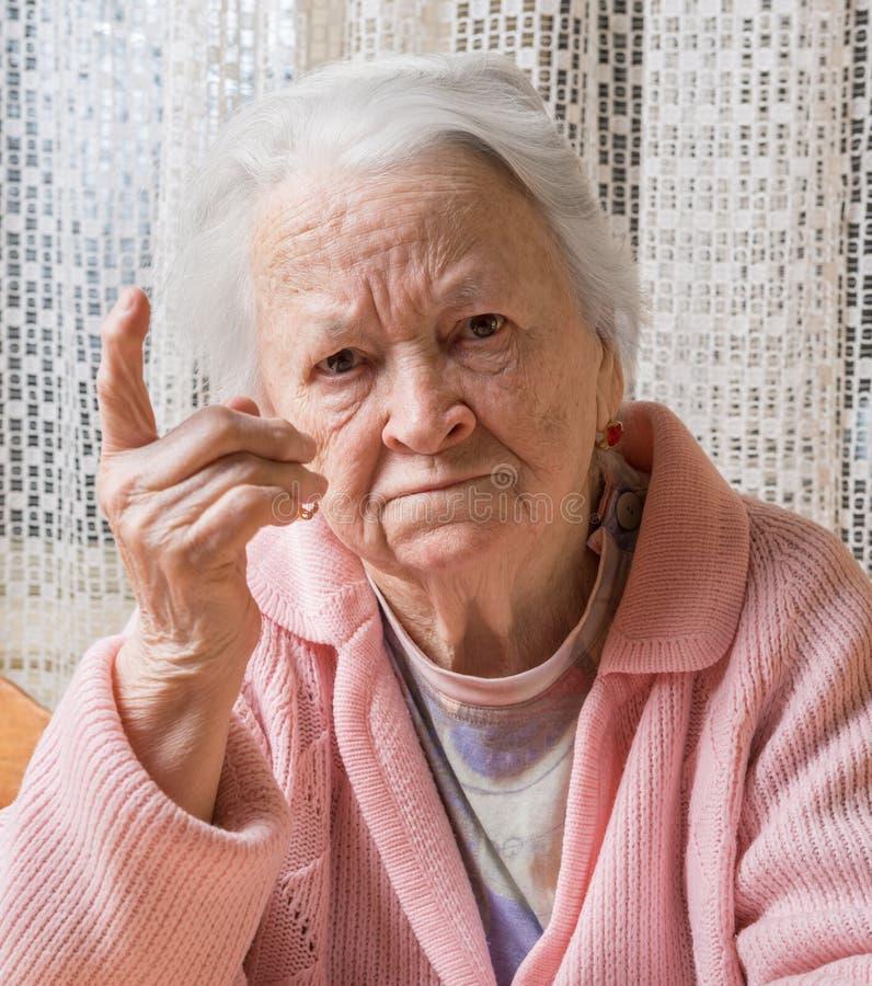 老妇人画象恼怒的姿态的 免版税库存照片