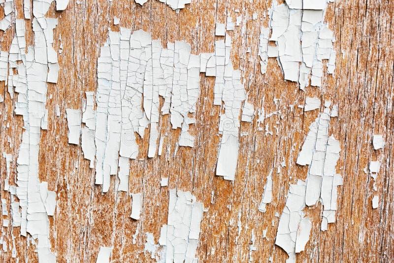 从老委员会的背景有白色油漆遗骸的  免版税库存照片