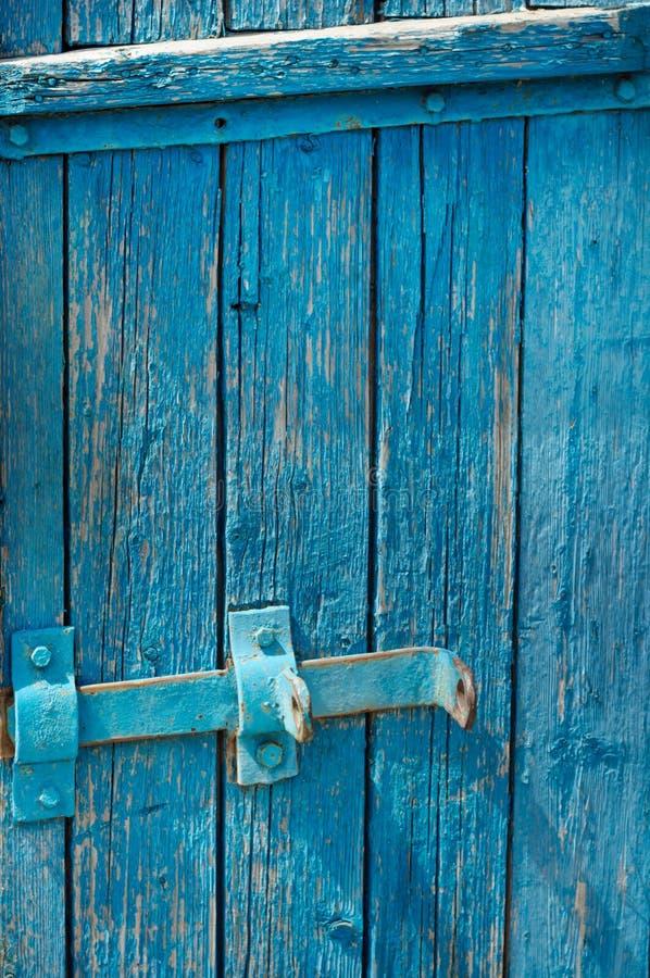 老委员会的蓝色门有门闩的 免版税库存照片