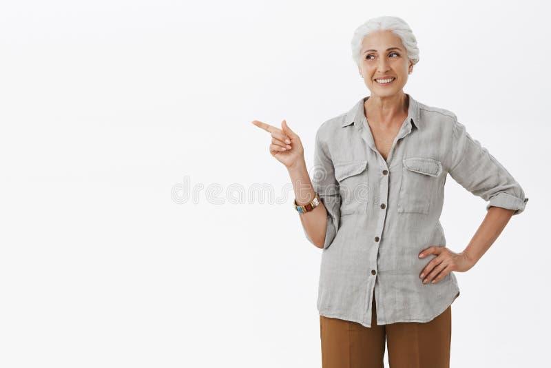 老婆婆认识某事 快乐和高兴愉快的自信的资深妇女画象用白发藏品手  库存图片